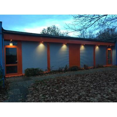 Fenster und Türen aus Aluminium in orange, gewerblich